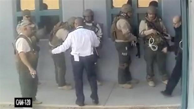 [TLMD - AZ] En video: recluso toma a empleado de prisión como rehén en Buckeye