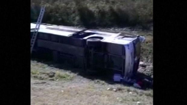 Bus con jubilados vuelca; hay al menos 13 muertos