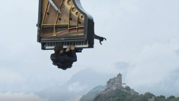 [TLMD - NATL] Concierto en las alturas: toca piano colgado de una grúa