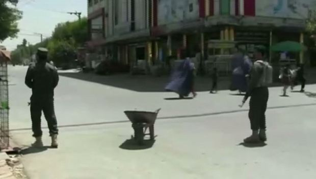 Familias huyen despavoridas tras explosiones en Afganistán