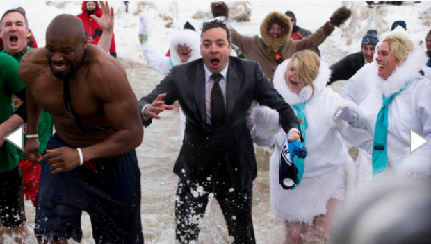 Video: Jimmy Fallon se avienta chapuzón polar
