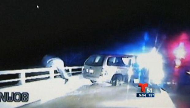 Video: Persigue sospechoso y cae de un puente