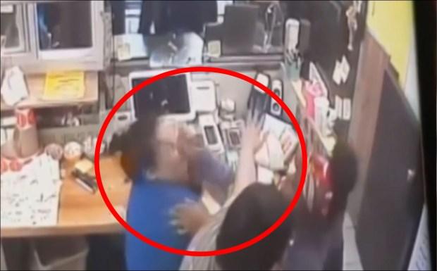 [TLMD - LV] Pareja descontenta habría agredido a empleada hasta con tacos en Chicago