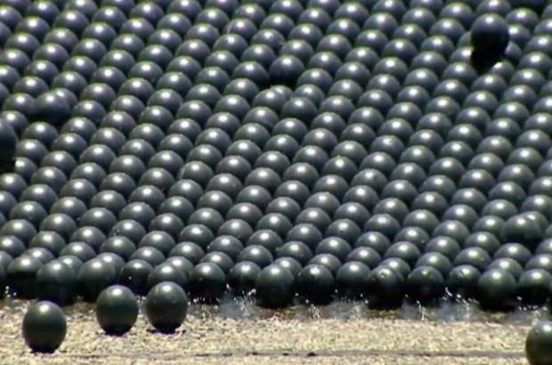 Cubren reserva de agua con millones de pelotas en LA
