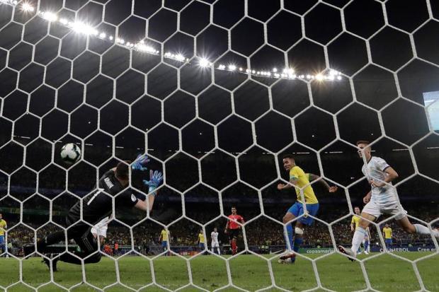 Golazo de Brasil para darle ventaja sobre Argentina