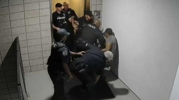 Agentes de policÍa de Mesa golpean a un hombre