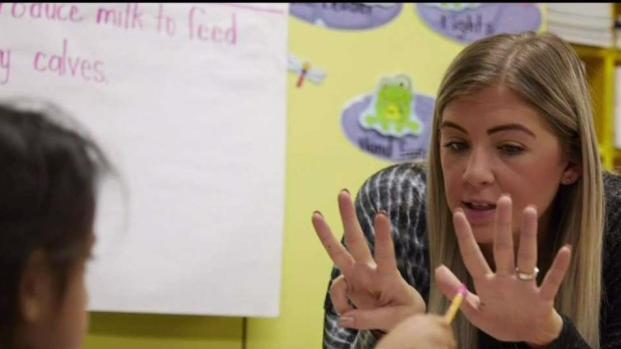 Futuros maestros dan clases gratuitas en escuelas