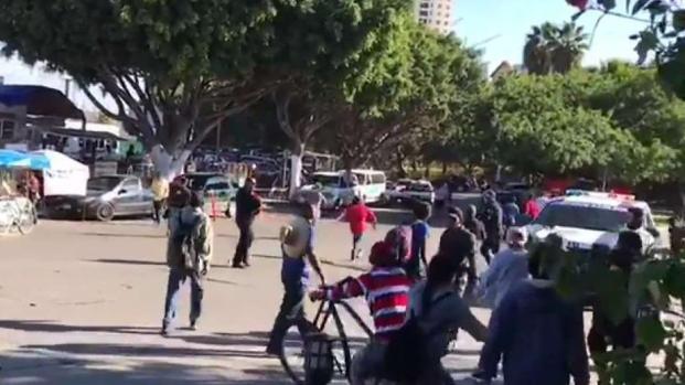 [TLMD - SD] Trifulca entre tijuanenses y migrantes de la caravana