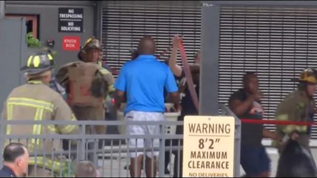 """[TLMD - Dallas] """"Salí solo con dos maletas"""": residente de edificio afectado"""