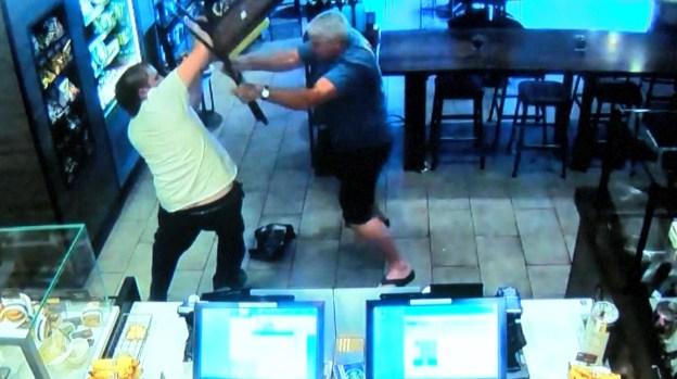 Detiene robo en un Starbucks y ahora es demandado por el presunto ladrón