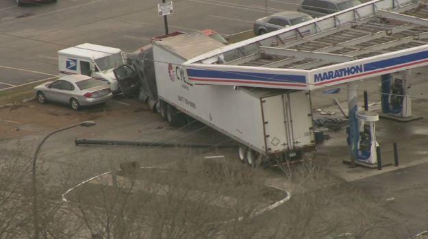 Con todas se estrella camión de carga contra gasolinera en Elk Grove