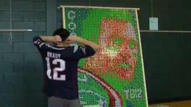 Niño construye mosaico de Tom Brady con cubos Rubik