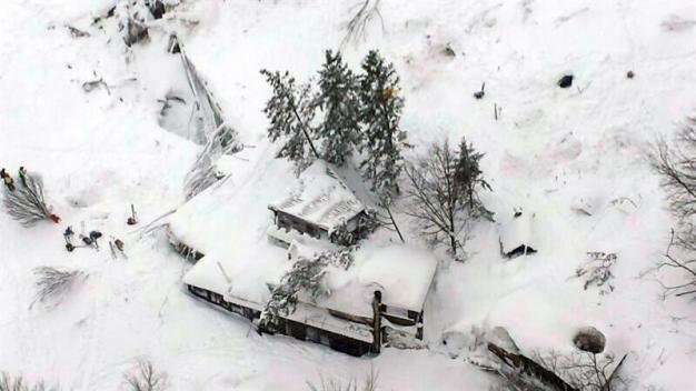 Italia: 8 personas sobreviven en hotel arrasado por avalancha