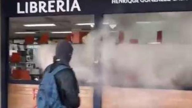 Encapuchados destrozan rectoría de la UNAM