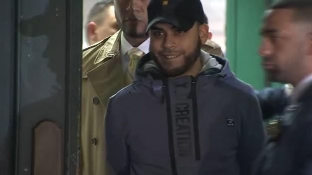 Padre acusado de matar a su bebé se muestra sonriente