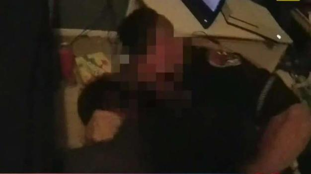 Hombre agrede a oficiales cuando intentaban detenerlo
