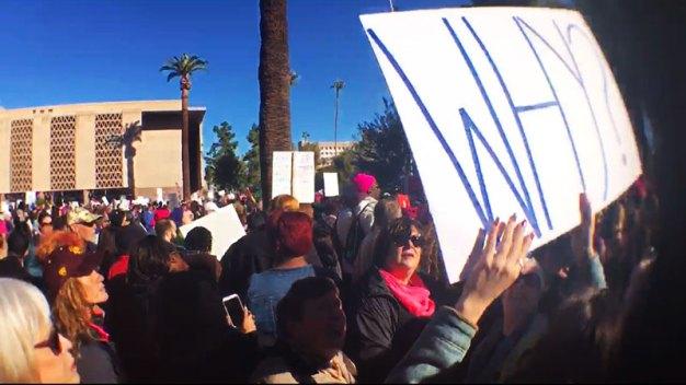 Mujeres arizonenses marchan en contra de Donald Trump