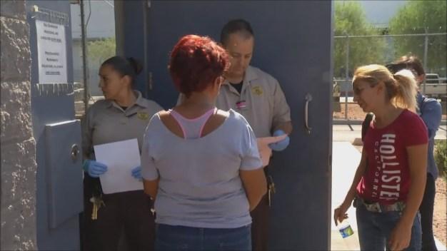 Video: Madre indocumentada se entrega en cárcel de MCSO