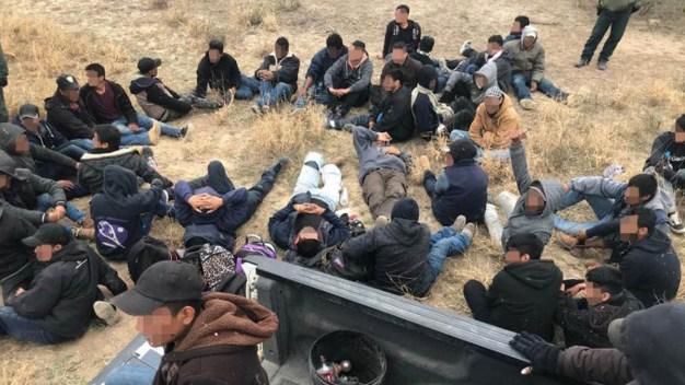 Hallan 63 indocumentados en rancho en San Antonio