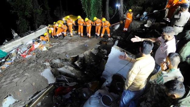 Derrumbe de edificio deja muertos y heridos