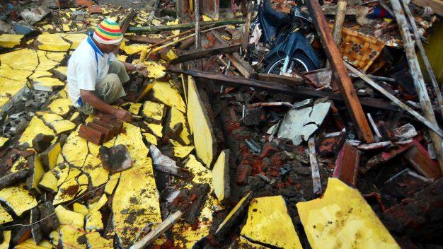 Sube cifra de muertos por fuerte terremoto en Indonesia
