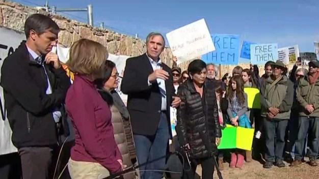 Beto O'Rourke y otros visitan campamento de migrantes