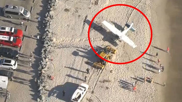 Avioneta aterriza de emergencia en concurrida playa