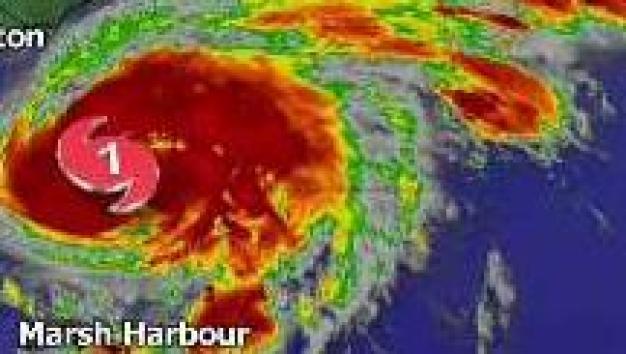 El huracán Humberto se desplaza hacia el este