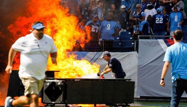 Sorpresivo incendio en campo de juego causa espectáculo inesperado