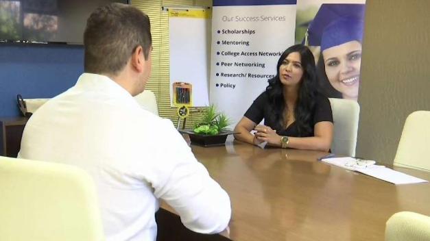 Organización local ayuda universitarios a graduarse