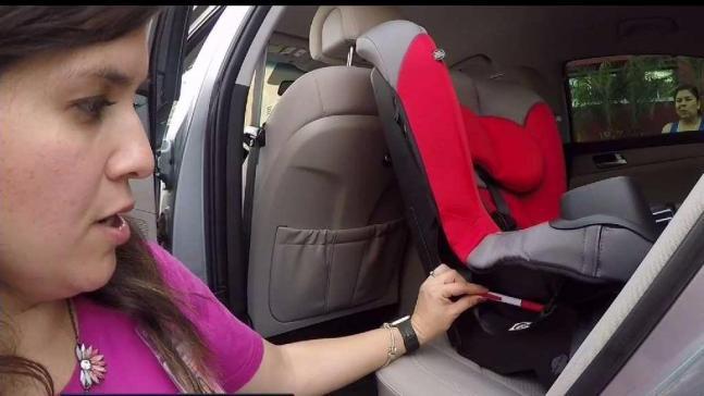 Enseñan a instalar asientos de seguridad para niños