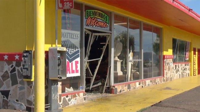 Phoenix: Mujer choca brutalmente contra negocio