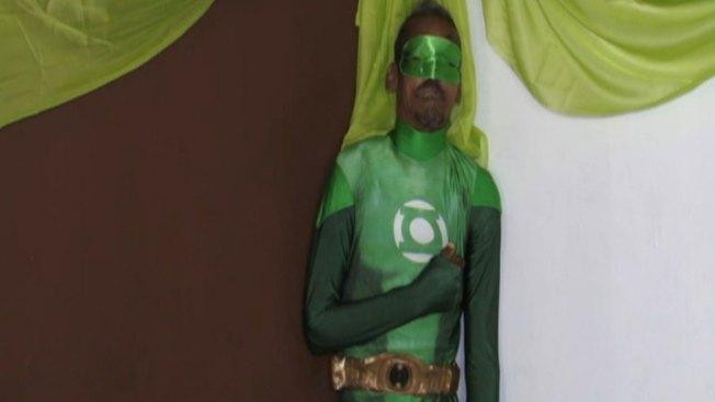 Velan a hombre vestido de superhéroe