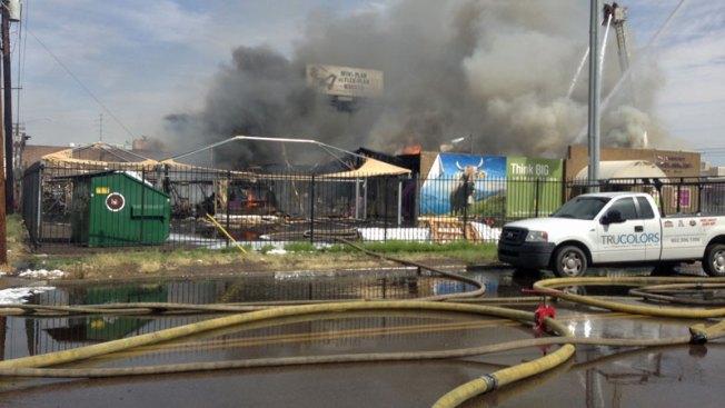 Incendio amenaza a negocios en Phoenix