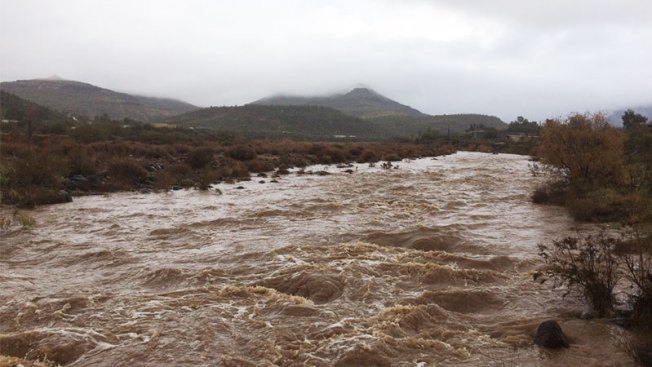 Consejos a seguir si manejas bajo fuertes lluvias en Arizona