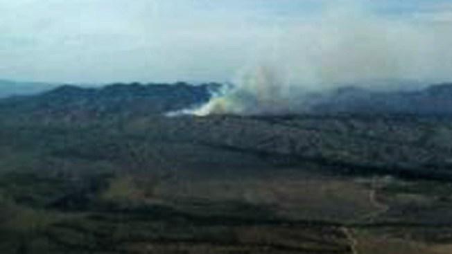 Bomberos luchan contra incendio en Arizona
