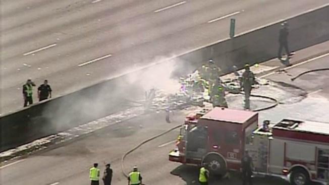 Avioneta cae en autopista y mueren ocupantes