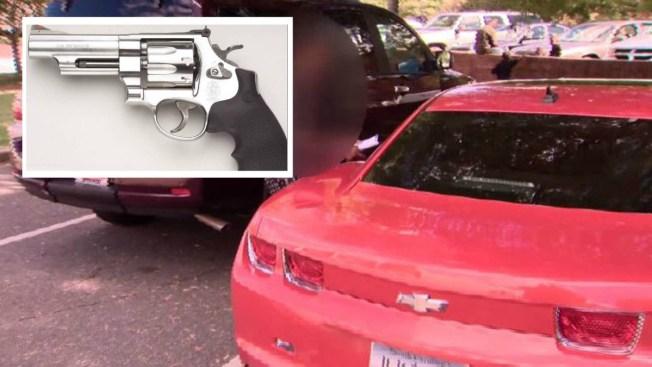 Bebé de 2 años dispara a su abuela en un auto