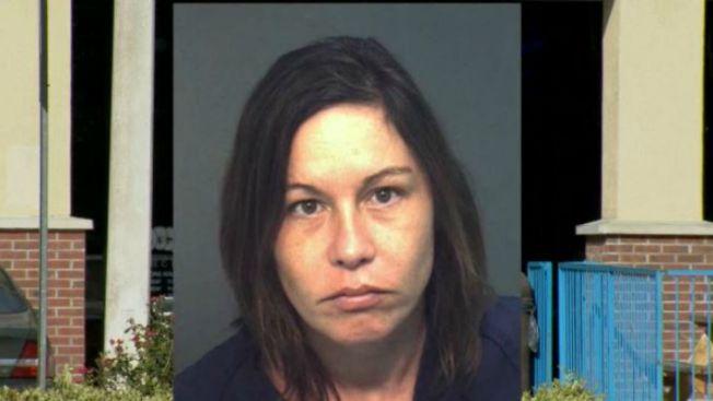Policía: madre va al bar y deja a niños en auto
