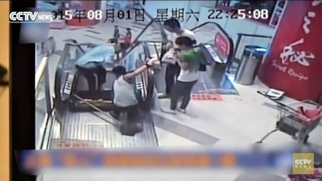 Video: Pierde un pie en escalera mecánica