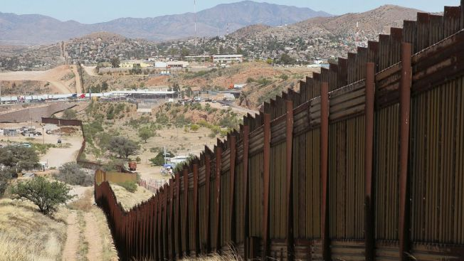Artistas intentan borrar parte del muro fronterizo