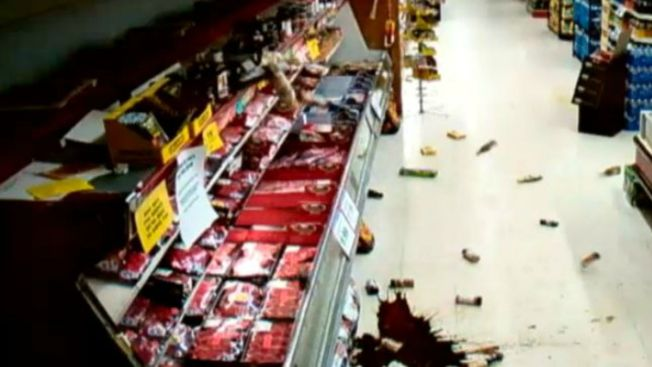 Captado en video impacto de un fuerte sismo
