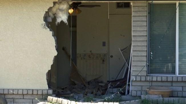 Conductor se estrella contra vivienda en Phoenix