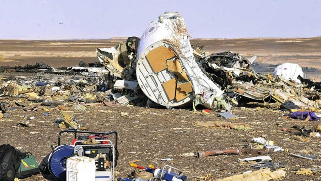 Autoridades: avión se habría destruido en el aire