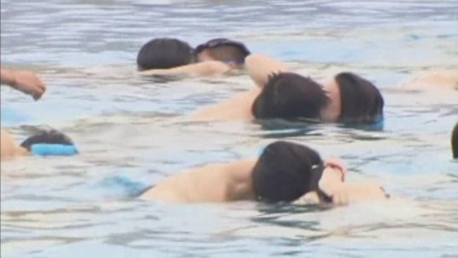 Compiten por el mejor beso bajo el agua