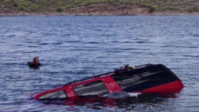 Familia se salva tras volcar en lago de Arizona