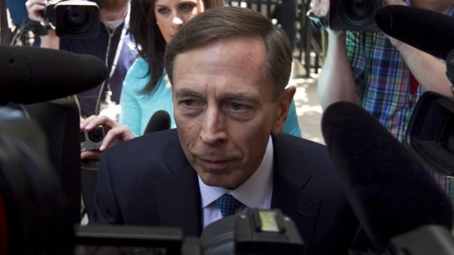 Sentencian a Petraeus a libertad condicional