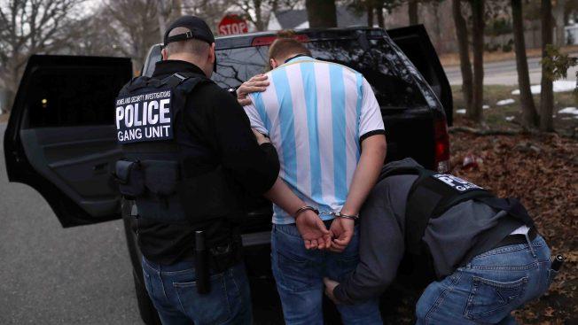 Reporte: disminuyen arrestos policiales de indocumentados