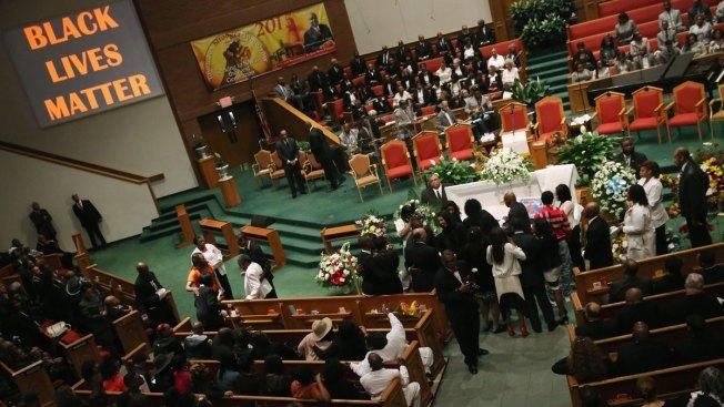 Atacan a policías tras funeral de afroamericano