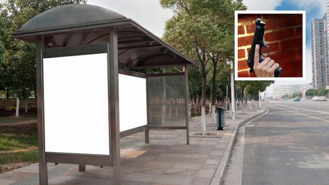 Asesinan a hombre mientras esperaba autobús